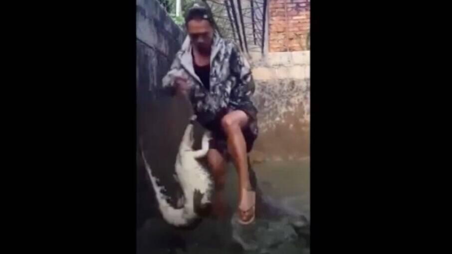 Homem enfrenta os crocodilos dentro do tanque