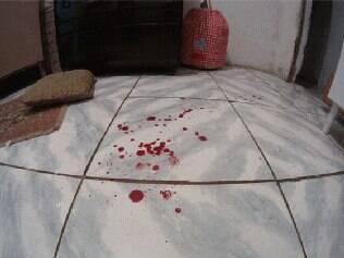 Marcas de sangue do bebê ficaram espalhadas pela casa
