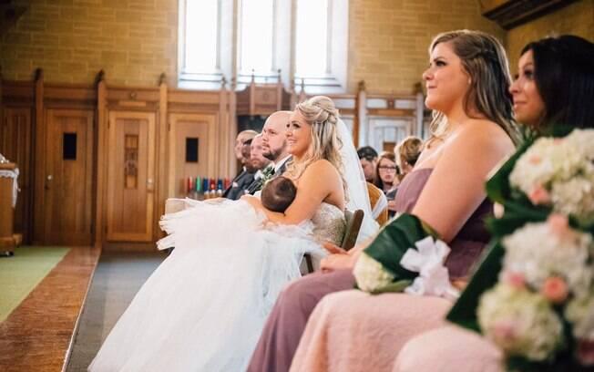 Christina amamentando sua filha no meio de sua cerimônia de casamento