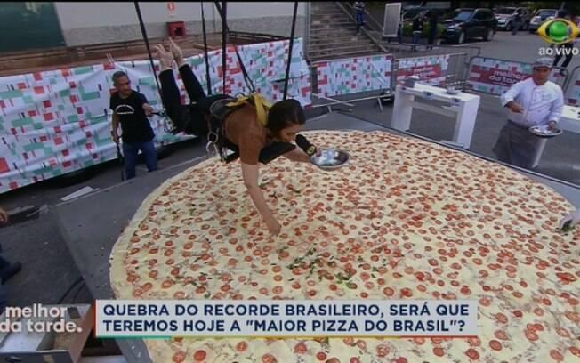 A última tentativa de gerar mídia para o programa foi pendurar Cátia em um guindaste para fazer uma pizza gigante