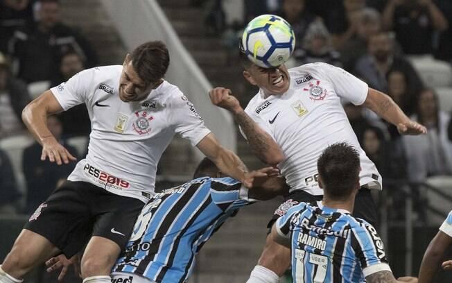 Jogadores do Corinthians disputam pelo alto com gremistas, donos da melhor defesa do Brasileirão, posto ocupado pelo Corinthians nos últimos cinco anos