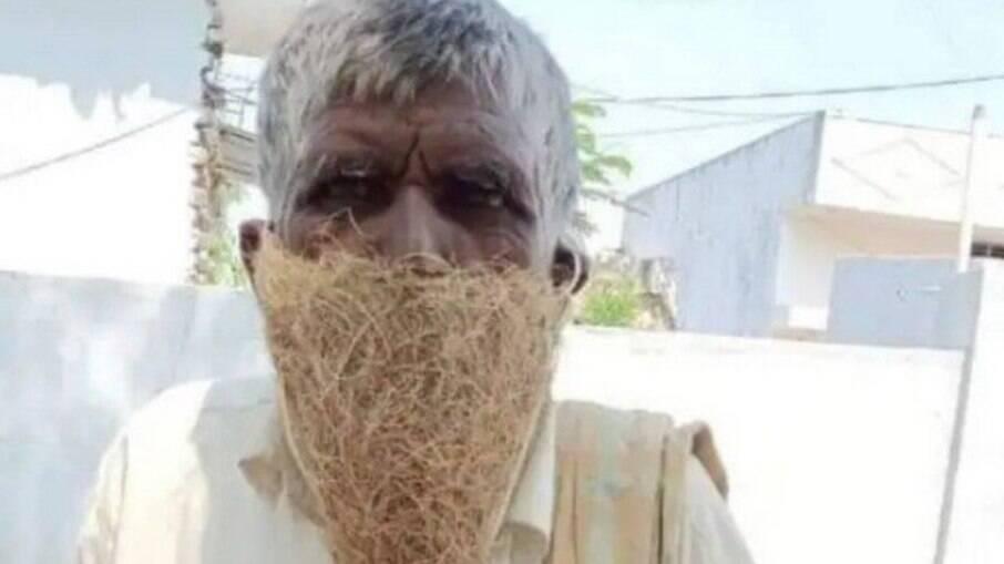 Homem usa ninho de pássaro como máscara na Índia