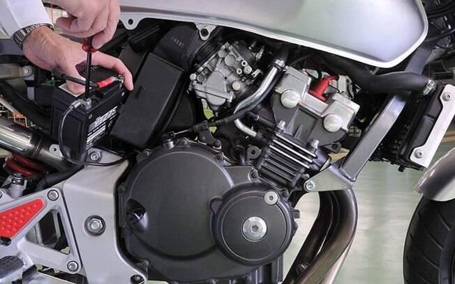 Atenção com a bateria da moto é o primeiro dos cuidados listados, por ser um componente de valor mais alto