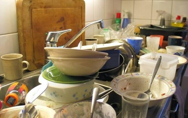 Pia acumulando louça e restos de comida é o local perfeito para bactérias