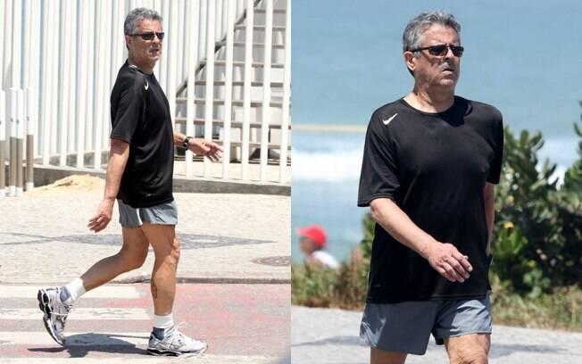 Marcos Paulo caminha com cara de cansaço pela orla do Rio