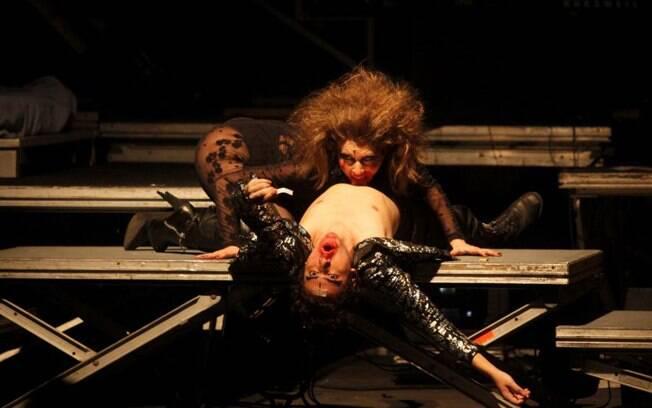 Letícia em outro momento do espetáculo. Ela também canta durante a peça