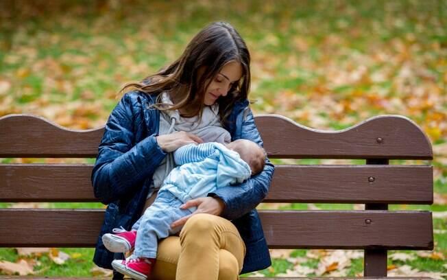 Mulher repreende amamentação em público e recebe jato de leite materno no rosto e xingamentos como resposta