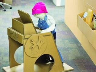 Atrativo. Uma bonequinha é usada como modelo em uma mesinha construída