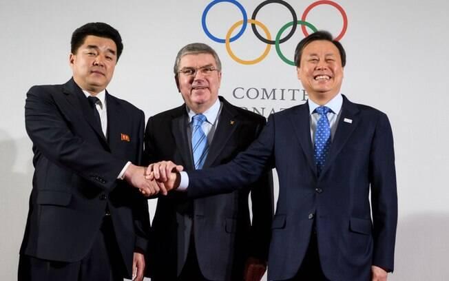 Representantes das Coreias conversam com o presidente do COI sobre a possibilidade de sediar as Olimpíadas de 2032