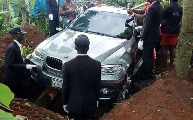 Enterro na cidade de Ilhiala repercutiu nas redes sociais por carro de mais de R$ 400 mil ser usado como