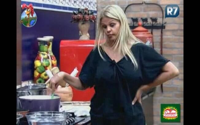 Monique e Valesca conversam na cozinha