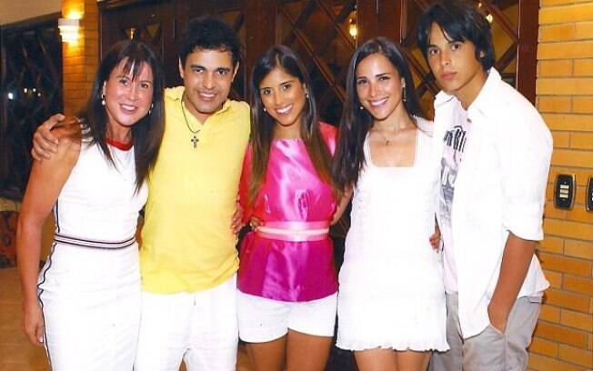 Imagem antiga postada por Zilú ao lado da família. Na foto, ela aparece na esquerda, com Zezé, e os filhos Camilla, Wanessa e Igor