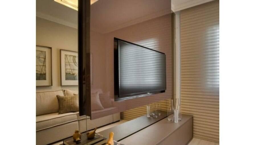 Um painel de TV espelhado traz amplitude, luminosidade e modernidade