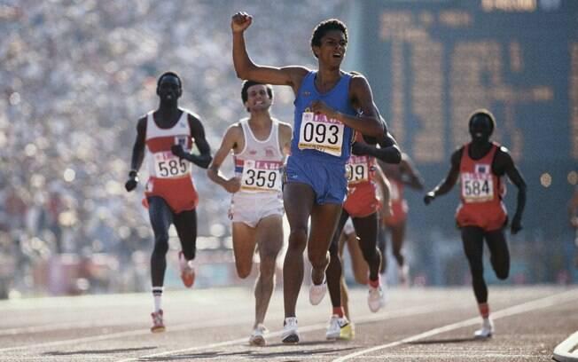 Joaquim Cruz comemora sua vitória na prova  dos 800m dos Jogos de Los Angeles, em 1984