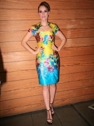 Paola Oliveira prestigia grife Bobstore usando um modelo florido
