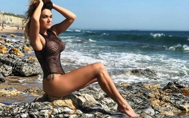No auge de seus 38 anos, a modelo Luize Altenhofen posa sensual em praia portuguesa e leva fãs à loucura nas redes sociais