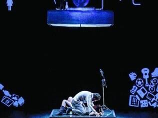 Dentro.  No palco, a história do casal Vitor (Alexandre Cioletti) e Antônia (Ludmilla Ramalho) acontece inteiramente no elevador