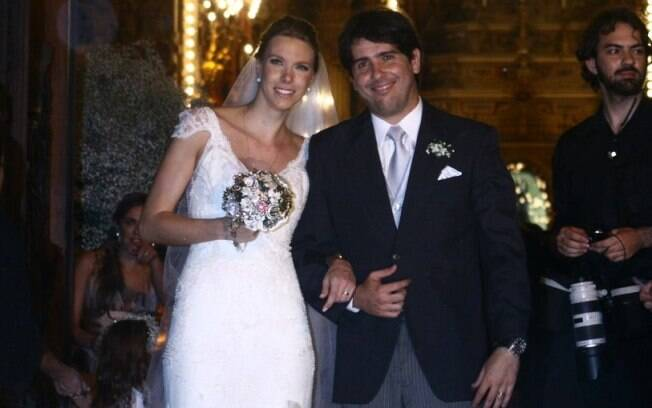 Os noivos Cacá Bueno e Talita Stoppazzolli na saída da igreja