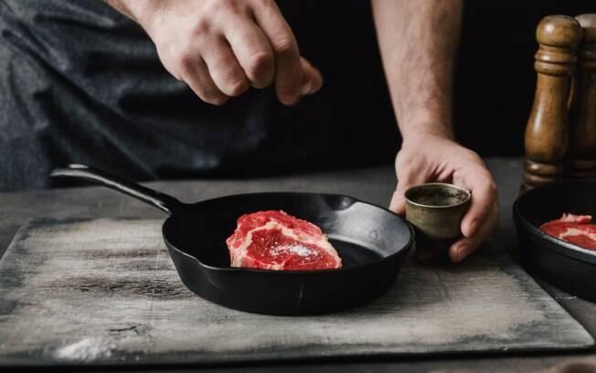 A chef recomenda temperar apenas com sal e pimenta do reino moída na hora para manter o sabor da carne