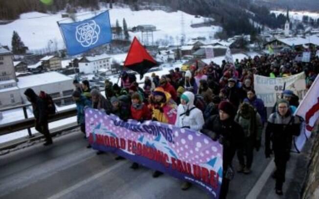 Ativistas marcham em Davos para pressionar os líderes globais por medidas mais eficazes contra o aquecimento global