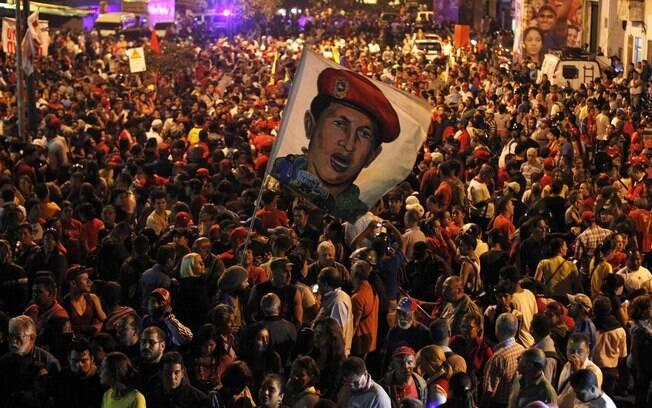 Partidários de Hugo Chávez reagem ao anúncio de sua morte em frente ao hospital militar em que ele estava internado, em Caracas (05/03)