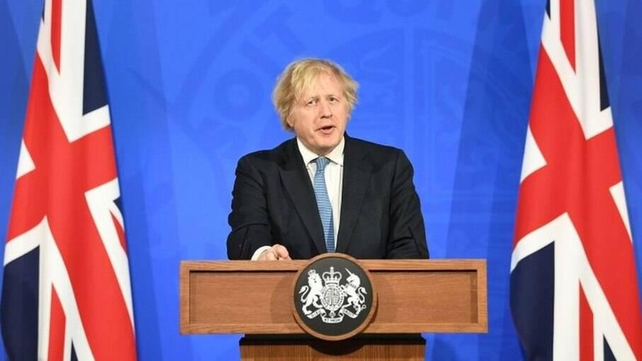 Risco de terceira onda da Covid-19 no Reino Unido aumenta pressão sobre Boris Johnson