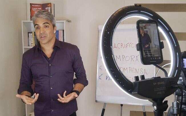 Escritor Paulo Avarenga fala sobre sua carreira
