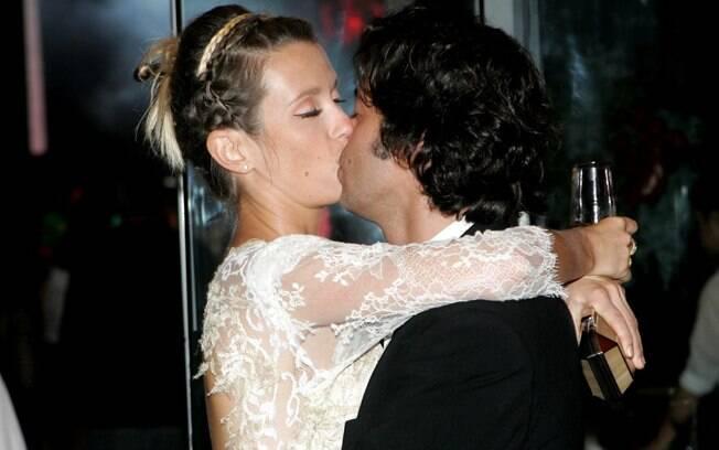 Juliana Didone e Bruno Mazzeo trocam beijos na festa da novela