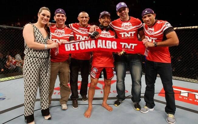 José Aldo comemora com sua equipe após  derrotar Chan Sung Jung no UFC 163