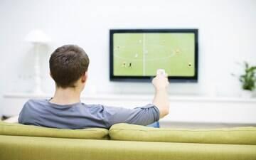Brasileiro deixa de pagar contas básicas para gastar com futebol, mostra estudo