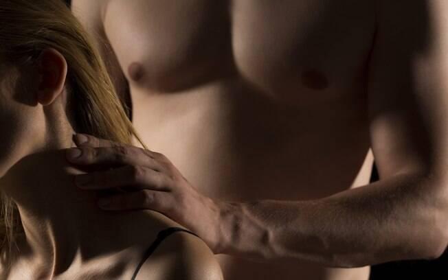 Massagem ajuda aproximar casal e a aumentar o desejo sexual