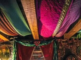 Despojado. Teto, parede e mobília são cobertos de seda e outros tecidos coloridos
