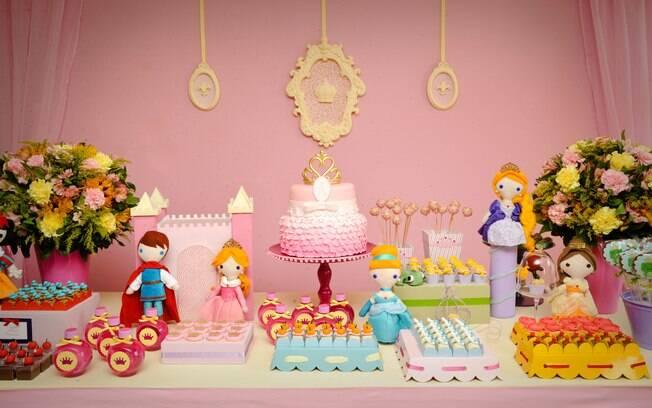 As populares princesas, sim, mas com originalidade: em vez das bonecas oficiais, versões de pano deixam a decoração descolada