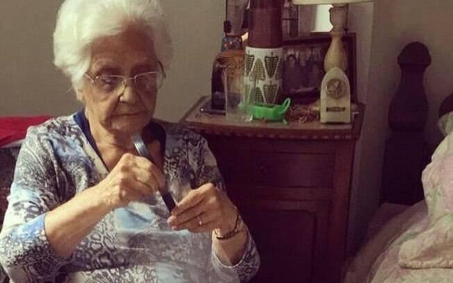 Maria Blandina Medeiros Neder, de 95 anos, costura máscaras para profissionais da saúde