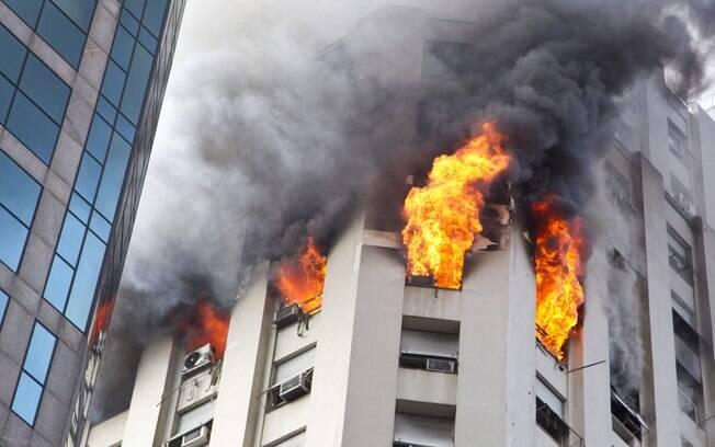 inc234ndio controlado em pr233dio comercial no centro do rio