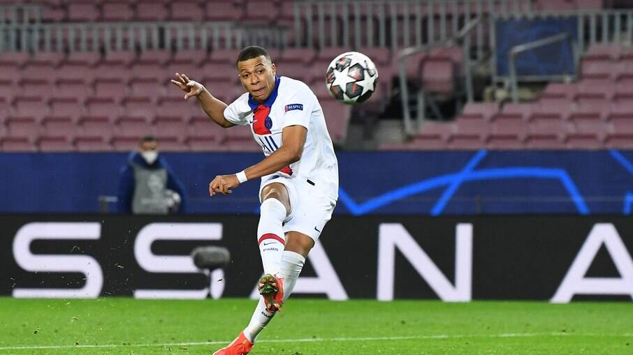 Mbappé marcou hat-trick na goleada do PSG em cima do Barcelona