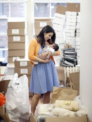 Divya Gugnani, da Send the Trend, segura o filho de três meses no escritório de sua empresa, em Nova York