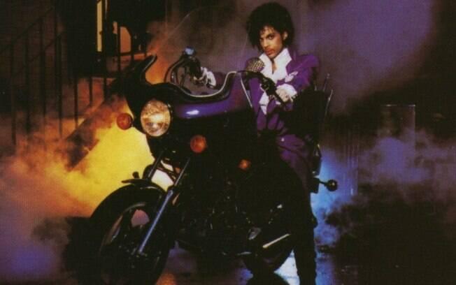 """O cantor Prince em sua Honda CM 400A com câmbio automático em """"Purple Rain"""""""