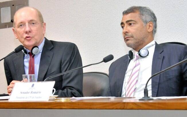 O senador Romário, Presidente da CPI do Futebol ao lado do jornalista Andrew Jennings