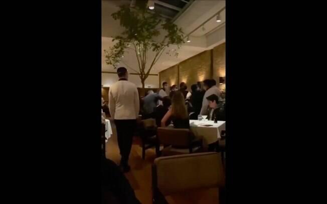 Vídeo mostra Carlos Iglesias, médico e irmão do empresário Belarmino Iglesias, brigando com funcionários e clientes do restaurante Gero, por querer ser atendido no horário de fechamento