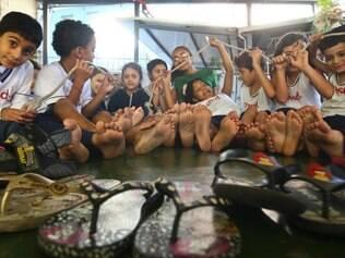 Cidades - Do dia - Belo Horizonte MG Colegio Nossa Senhora das Dores promove acao um dia sem sapatos Humani com os alunos   FOTO: MARIELA GUIMARAES / O TEMPO  29.04.2014