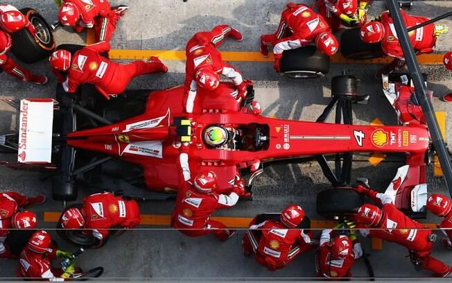 Ferrari trabalha durante passagem de Felipe  Massa pelos boxes
