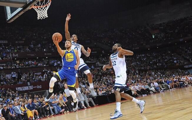 Stephen Curry fez apenas 14 pontos em 24 minutos em quadra pelo Golden State Warriors diante do Minnesota Timberwolves