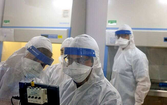Pesquisadores durante trabalho no Instituto de Biologia da Unicamp.