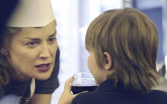 Sharon Stone faz programa em família em Roma