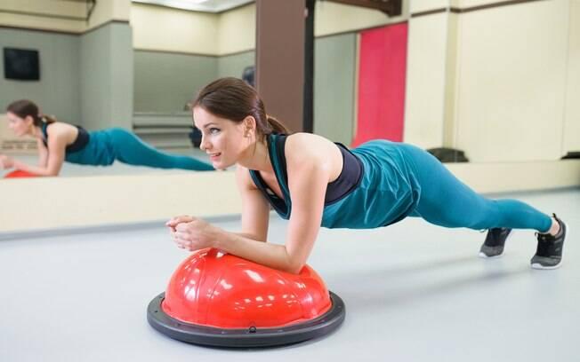 É possível usar alguns acessórios, como o bosu, para variar o treino de prancha abdominal
