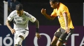 Santos decepciona e estreia com derrota em casa