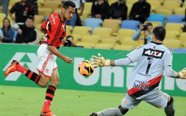 Hernane toca na saída do goleiro e marca para o Flamengo no Maracanã. Foto  3ea4ff3bc3d3c