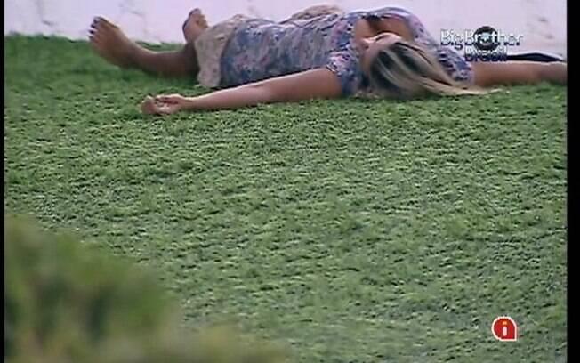 Fabiana fica pensativa no jardim