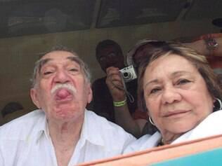 Gabo mostra a língua para os fotógrafos ao chegar em Aracataca, sua terra natal, em 2007